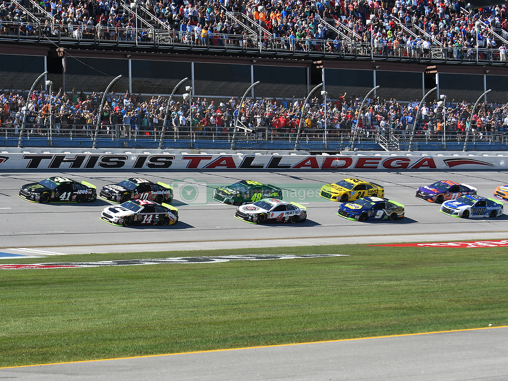 October 14, 2018 - Talladega, AL, U.S. - TALLADEGA, AL - OCTOBER 14: The field takes the green during the 1000Bulbs.com 500 on October 14, 2018, at Talladega Superspeedway in Tallageda, AL.(Photo by Jeffrey Vest/Icon Sportswire) (Credit Image: © Jeffrey Vest/Icon SMI via ZUMA Press)