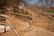 KOLUMBIEN - TAGANGA - Bauarbeiter trägt Bambus auf die Baustelle von Hostel Casa Horizonte - 20. März 2014 © Raphael Hünerfauth - http://huenerfauth.ch
