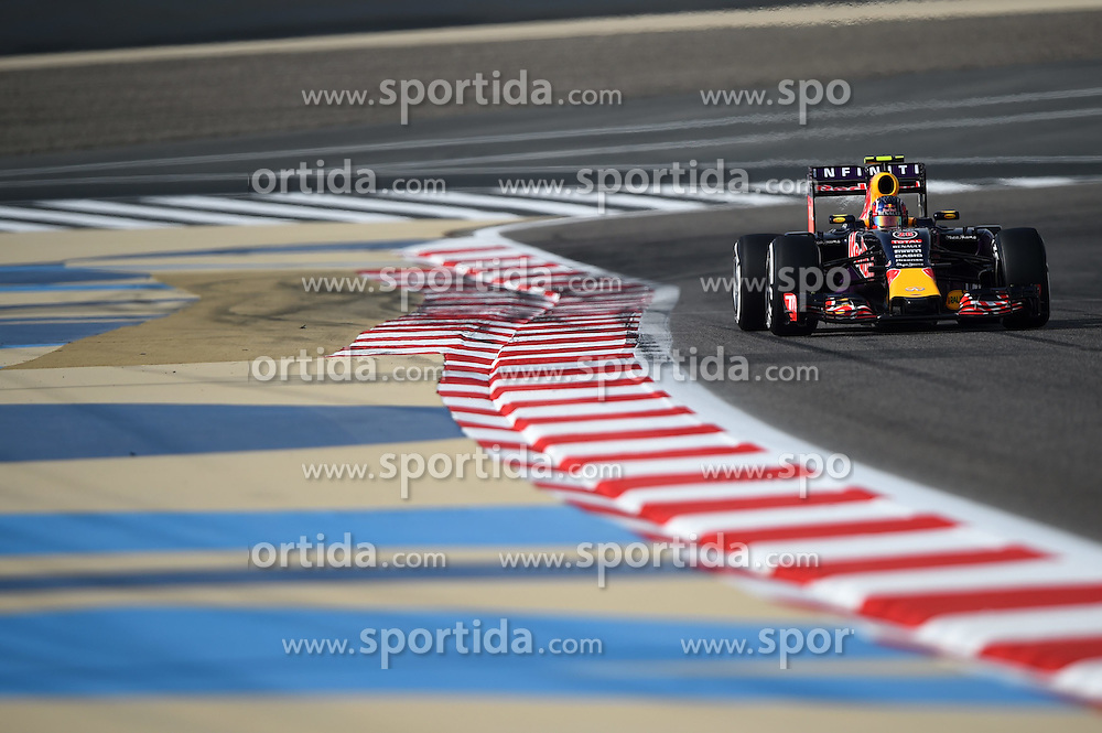 18.04.2015, International Circuit, Sakhir, BHR, FIA, Formel 1, Grand Prix von Bahrain, Qualifying, im Bild Daniil Kvyat (RUS) Red Bull Racing RB11 // during Qualifying of the FIA Formula One Bahrain Grand Prix at the International Circuit in Sakhir, Bahrain on 2015/04/18. EXPA Pictures &copy; 2015, PhotoCredit: EXPA/ Sutton Images/ Mark<br /> <br /> *****ATTENTION - for AUT, SLO, CRO, SRB, BIH, MAZ only*****