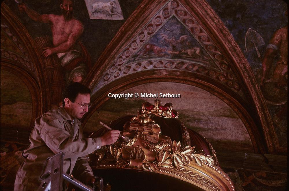 cleaning the Throne. Palace of Monaco   Salle du trÙne, nettoyage au pinceau du trÙne et des draperies. Palais princier  P0005222  L1502  R150/35