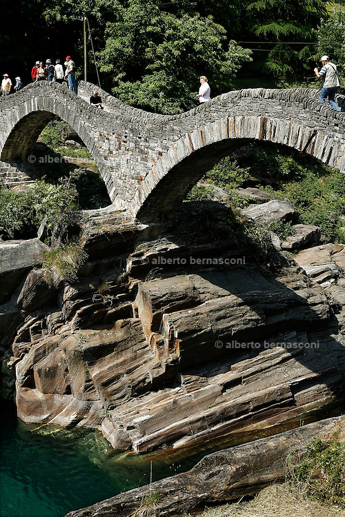 Svizzera, Val Verzasca, il ponte dei salti a Lavertezzo.........Switzerland,  Canton Ticino: Verzasca Valley. the roman bridge at Lavertezzo. Lake Maggiore and its valleys are alpine landscapes that merge into typically Mediterranean scenery, where popular traditions are combined with internationally renowned events, and villages, in which time seems to have stood still, peep down from their lofty peaks on towns that are looking to the future. Fascinating contrasts that make this a unique region
