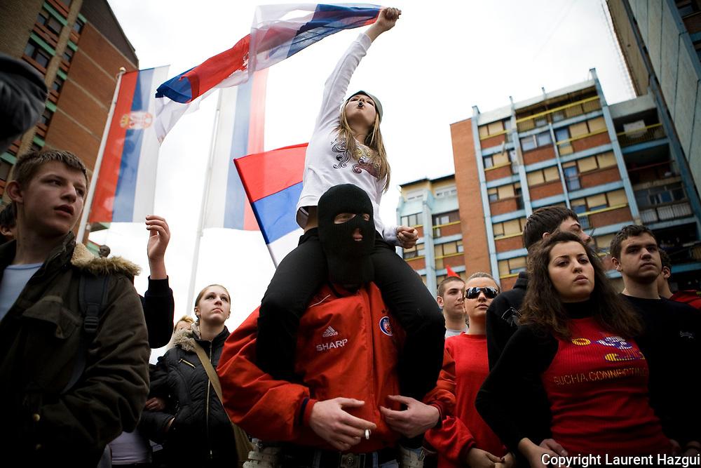 22022008. Enclave serbe de Mitrovica Nord. Dès le lendemain de la proclamation de l'indépendance, les Serbes du Kosovo manifestent tous les jours à 12:44 – en référence à la résolution 1244 de l'ONU – dans l'enclave de Mitrovica nord contre l'indépendance. Lors de ces manifestations, quelques fois violentes contre les militaires de la KFOR, le gouvernement incite fortement les habitants à aller manifester en fermant les écoles, les commerces à cette heure-ci. « Les gardiens du pont », quelques 700 gros bras payés par le gouvernement serbe, viennent inciter la population au devoir patriotique.