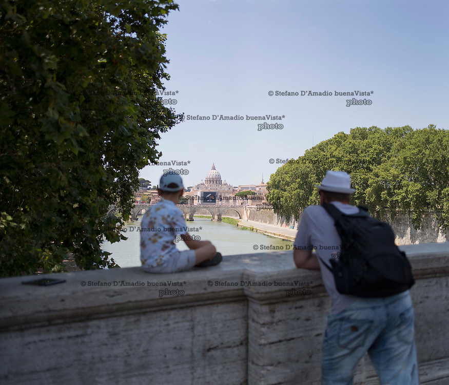 turisti contemplano San Pietro roma,<br /> Tourists contemplating San Peter Rome,