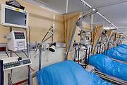 De mediumcare afdeling van het calamiteitenhospitaal. Bij het calamiteitenhospitaal in Utrecht worden slachtoffers van grote rampen als eerste behandeld. Afhankelijk van de ernst van de verwonding, wordt het slachtoffer ingedeeld in rood, geel of groen. Het hospitaal is uniek in Europa en is gevestigd in de voormalige atoombunker onder het UMC Utrecht.<br /> <br /> The mediumcare of the trauma and emergency hospital.  At the basement of the UMC Utrecht a special hospital for emergency and major incidents is based. Patients are being labelled by number and depending on the injuries they will be transported to the zone red, yellow or green.