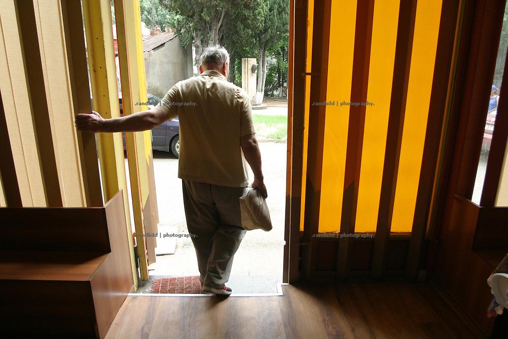 Ein alter Herr verlässt eine Armenküche in Tiflis - Georgien - An old Man leaves a poor peoples canteen in Tbilisi - Georgia