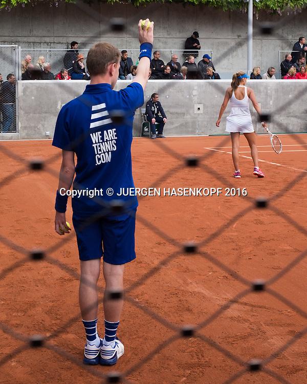 French Open 2016 Feature, Blick durch den Zaun auf einen Balljungen,Spielfeld,<br /> <br /> Tennis - French Open 2016 - Grand Slam ITF / ATP / WTA -  Roland Garros - Paris -  - France  - 23 May 2016.