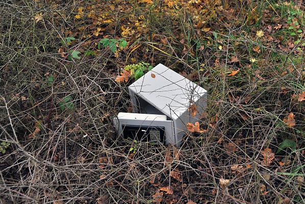 Nederland, Venlo, 24-11-2011Een geopende brandkast, safe, ligt in de berm langs een uitvalsweg van de stad. Het lijkt eropp dat het brandkastje afkomstig is van diefstal en de dieven het weggegooid hebbenFoto: Flip Franssen/Hollandse Hoogte