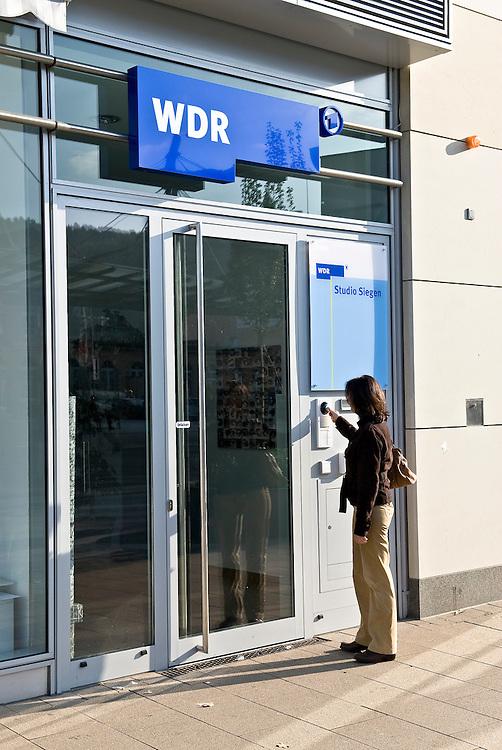 Eine Frau klingelt an der T&uuml;re des Westdeutschen Rundfunks in Siegen. Studio Siegen.  <br />   |  en   |