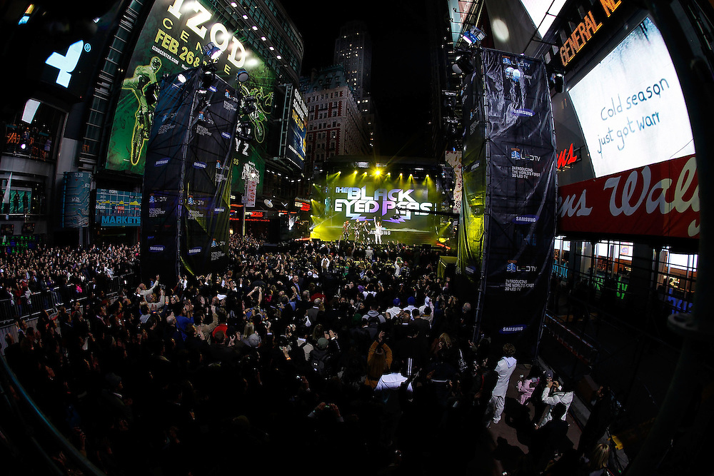 NEW YORK - MARCH 10:  General view of atmosphere during the Samsung Times Square Concert with THE BLACK EYED PEAS at Times Square on March 10, 2010 in New York City.  (Photo by Joe Kohen/Getty Images for Samsung)