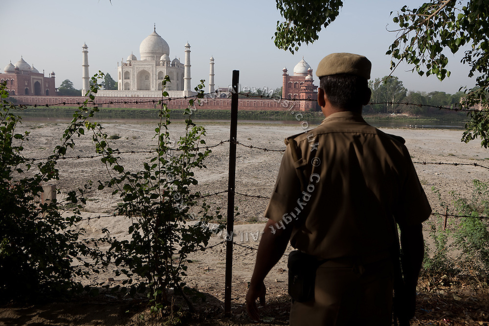 The Indian police has secured the access to the side opposite the Taj Mahal, with men and small watch-towers, in Agra.