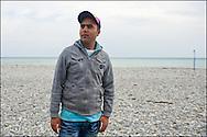 Khalifa, originaire de Kerrouan, passent le temps au bord de l'eau dans l'espoir de pouvoir atteindre la France par le train. Le 22 Avril 2011 © Benjamin Girette/IP3 press
