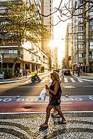 Avenida Atlântica, que acompanha a orla da Praia Central, e Rua 1901 à frente. Balneário Camboriú, Santa Catarina, Brasil. / Atlantica Avenue, at Central Beach, and 1901 Street ahead. Balneario Camboriu, Santa Catarina, Brazil.