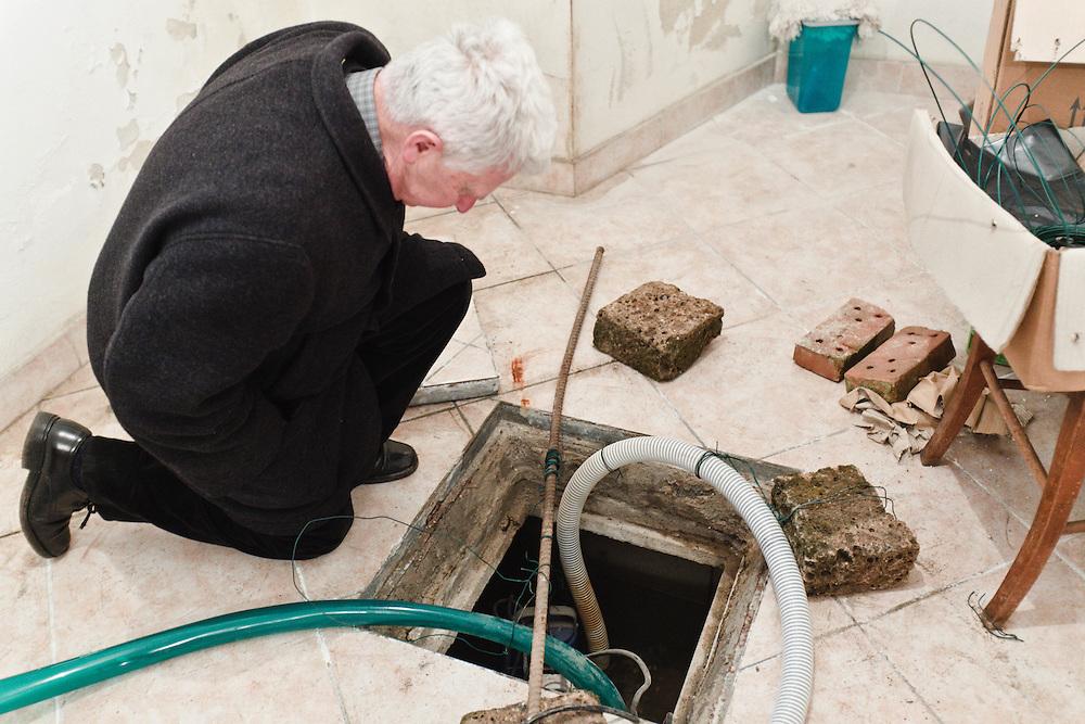02 MAR 2011 - Novoledo, Villaverla (VI) - Don Francesco Meneghello, pompa nel seminterrato della canonica