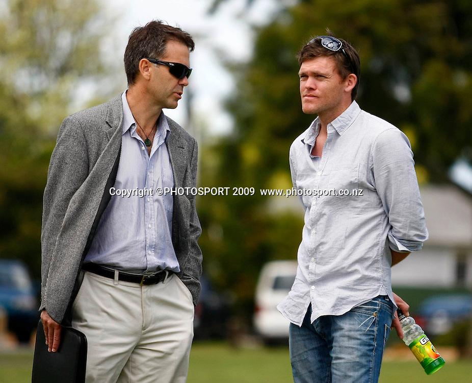 CEO of Auckland Cricket talks to former Blackcap batsman Lou Vincent. U19 National Final, Canterbury v Auckland, Te Atatu Park, Auckland. Monday 21 December 2009. Photo: Simon Watts/PHOTOSPORT