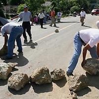 Oaxaca, Oax.- Maestros de la seccion 22 del SNTE bloquearon las obras de remodelación del Cerro del Fortin  dando acceso a un solo carril para protestar por el dinero que el Gobierno no les ha dado en su rezonificacion. Los mentores convocaron a otra mega marcha el proximo miercoles donde tambien se sumaran organismos no gubernamentales y padres de familia que apoyan al movimiento. Agencia MVT / Eder Lopez. (DIGITAL)<br /> <br /> NO ARCHIVAR - NO ARCHIVE