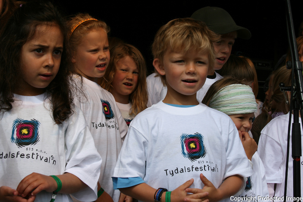 - Kom guta og jenta så syng vi i kor. Det var mange barn i koret som sang festivalsangen på scena, godt akkompagnert av Peder Persson. Foto: Bente Haarstad