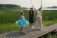 P&eacute;kin, le 18 mai 2014<br />  Xie Yingying observe et conseille sa fille Chu Qiao (Jojo)  lors d'un shoot pour un magasin online de mode enfantine