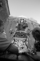 Il 15, 16, 17 luglio di ogni anno si festeggia a Mesagne (Br) la Madonna del Carmine, protettrice del paese. In questa foto, alcuni fedeli posizionano la statua della Vergine su un carrello per portarla in processione.
