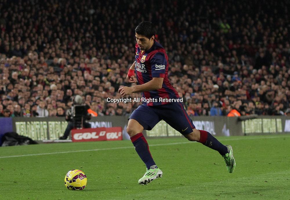 11.01.2015. Barcelona, Spain. La liga football. Barcelona versus Atletico Madrid.  Suarez in action makes a break along the wing