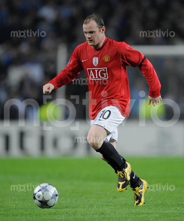 Fussball   International    Champions League  Viertelfinale  Saison 2008/2009     FC Porto - Manchester United                              15.04.2009 Wayne Rooney (ManU) am Ball