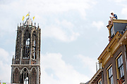 Bezoekers zoeken de hoogte op om alles goed te kunnen zien. Op de achtergrond de Domtoren. In Utrecht is de tweede etappe vanTour de France van start gegaan.<br /> <br /> In Utrecht the second stage of the Tour de France has started