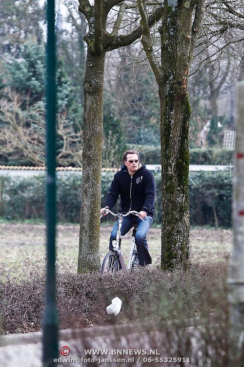 NLD/Blaricum/20100327 - Jeroen Latijnhouwers fietsend door de weilanden van Blaricum