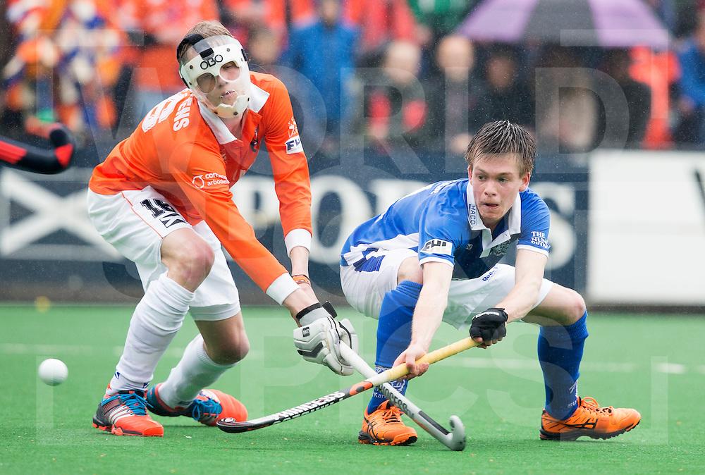 BLOEMENDAAL - HOCKEY - Thierry Brinkman van Kampong (r) scoort en brengt de stand op 1-3. links Tim Jenniskens van Bl'daal.   Eerste  wedstrijd play offs in de hoofdklasse hockey competitie tussen de mannen van Bloemendaal en Kampong (2-3) . COPYRIGHT KOEN SUYK