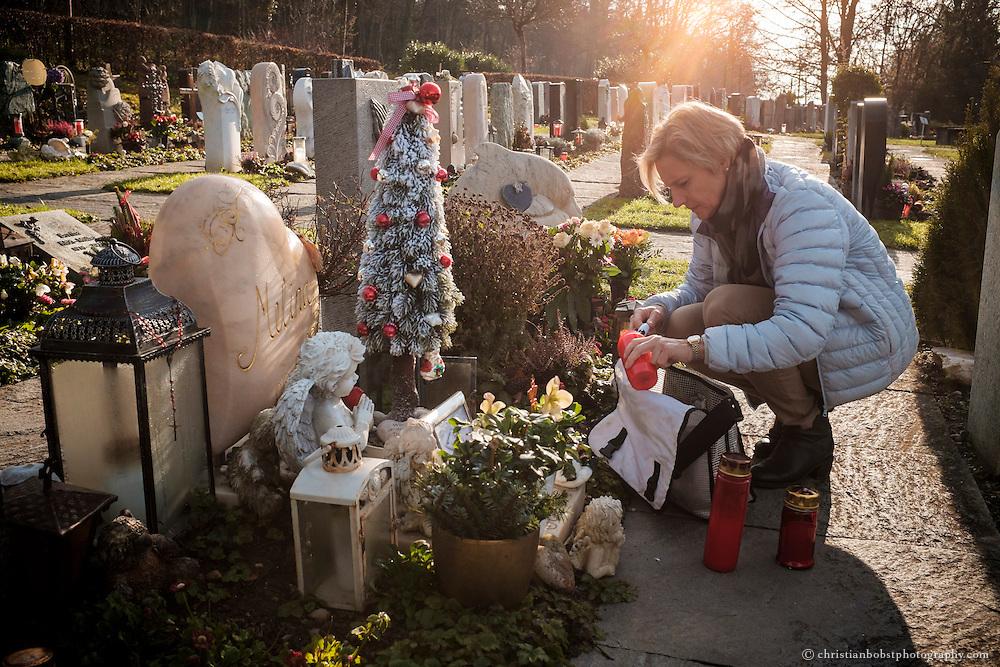"""Bevor sie für ihre Arbeit wegfliegt entzündet Nicole Ferrero auch am Grab ihrer Tochter noch mal einige Kerzen.  """"Ein Mensch stirbt erst, wenn man nicht mehr an ihn denkt."""" sagt Nicole Ferrero. In ihrem Herzen wird Melina für immer weiterleben."""