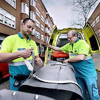 Nederland, Amsterdam , 11 april 2014.<br /> Ambulanceverpleegkundigen van Rossum (l) en Hans van Moosdijk, sociaal psychiatrisch verpleegkundige brengen de z.g. Psycholance in gereedheid.<br /> Half april start in Amsterdam een pilot met de 'psycholance': een aangepaste ambulance met getraind personeel dat zich uitsluitend richt op het vervoer van verwarde mensen.<br /> Het idee voor de psycholance komt uit Noorwegen. In de stad Bergen besloten politie en GGZ-instellingen een kleine tien jaar geleden de 'Psykiatrisk Ambulanse' in te voeren. Een ambulance met voorzieningen die het vervoeren van mensen met diverse psychiatrische problemen veilig laat verlopen. Van demente personen die door een stad dolen tot mensen in een psychose en van ernstig depressieve mensen tot verslaafde daklozen.<br /> Foto:Jean-Pierre Jans