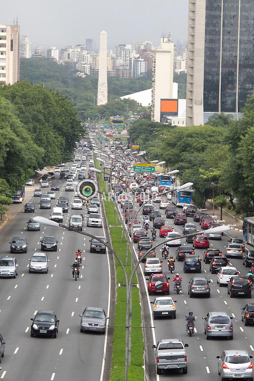 A Avenida 23 de Maio, originalmente conhecida como Avenida Itororo, eh uma das mais movimentadas avenidas do municipio de Sao Paulo, sendo o principal corredor de ligacao dos bairros da subprefeitura da Vila Mariana a regiao central da cidade. Faz parte do Corredor Norte-Sul. / May 23 Avenue, originally known as Itororo Avenue, is one of the busiest avenues in Sao Paulo, tpart of the North-South Corridor.
