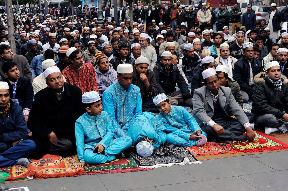 Roma 27 Novembre 2009..La comunità islamica del Bangladesh celebra l'Eid al-ajha, una delle feste più importanti del calendario islamico, che ricorda il sacrificio del figlio di Abramo, ordinato da Dio, pregando  sui marciapiedi di piazza Vittorio al quartiere Esquilino..Rome 27 November 2009.Members of the Muslim  Bangladesh community in Italy  Piazza Vittorio square, in Rome's Esquilino multi-ethnic quarter, prayer on the first day of Eid Al-Adha, the Feast of the Sacrifice, Islam's most important holiday.