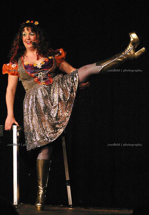 Powerfrau und Kabarettistin Hertha Schwaetzig unterhaelt mit ihren Plateaustiefeln das Publikum auf der Kulturellen Lachparade im niedersaechsischen Waddeweitz.