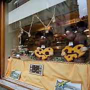 Vetrina della pasticceria Hanselmann nel centro di St Moritz..Window of Hanselmann confectioner's in old town of St. Moritz