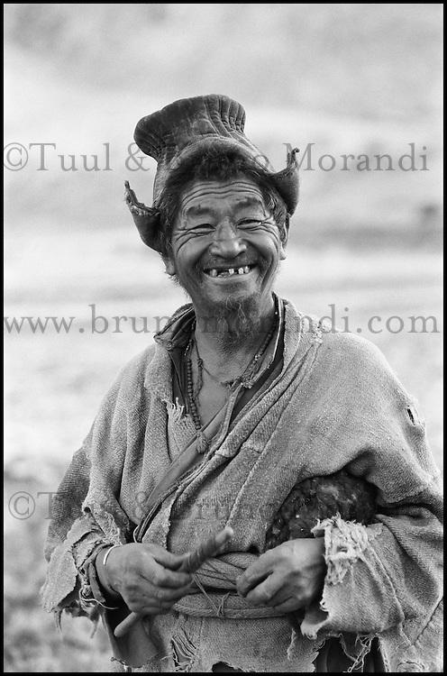 """Inde. Province du Jammu Cachemire. Ladakh. Homme portant le chapeau traditionel le """"Tibi"""" // India. Jamu and Kashmir province. Ladakh. Man with traditional hat, the """"tibi""""."""