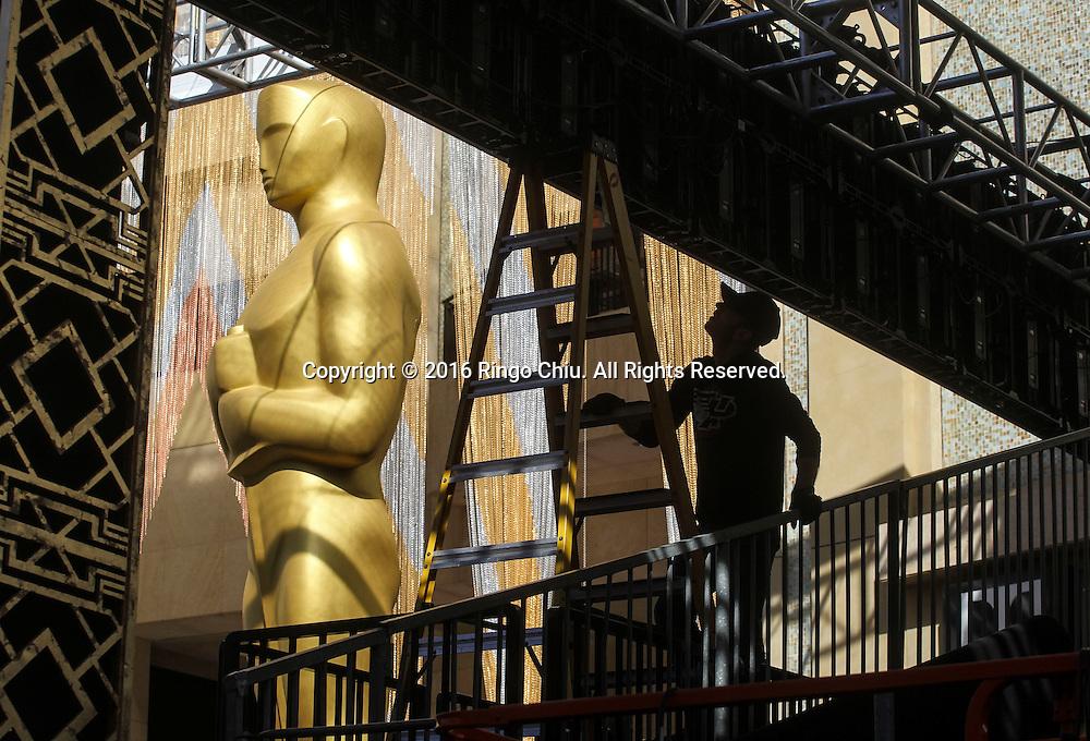 2月24日,在美国洛杉矶好莱坞,工程人员为奥斯卡颁奖典礼准备装饰。第88届奥斯卡颁奖典礼将于当地时间2月28日在好莱坞的杜比剧院举行。新华社发 (赵汉荣摄)<br /> A worker sets up in front of Dolby Theatre in preparation for the 88th Academy Awards in Los Angeles, Wednesday, February 24, 2014. The Academy Awards will be held Sunday, February 28, 2014. (Xinhua/Zhao Hanrong)(Photo by Ringo Chiu/PHOTOFORMULA.com)<br /> <br /> Usage Notes: This content is intended for editorial use only. For other uses, additional clearances may be required.