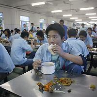 SHENZHEN, DEZ.12.2006: Wanderarbeiter aus der Provinz Henan in einer Spielzeugfabrik.