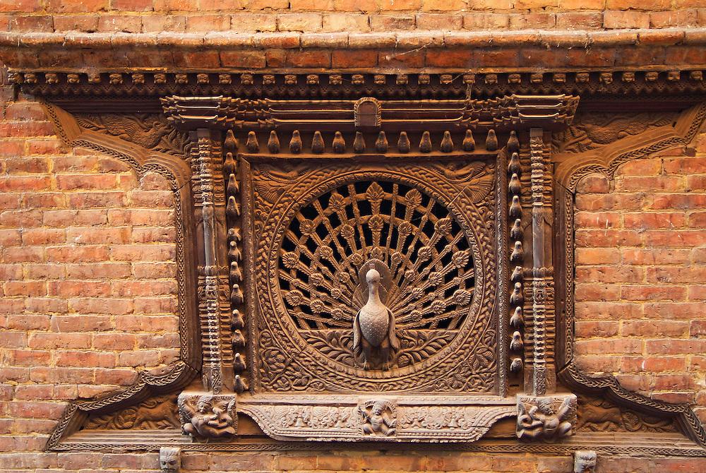 Nepal. Vallee de Kathmandu. Ville Newar de Bhaktapur. La fenetre du paon. // Nepal. Kathmandu valley. Newar city of Bhaktapur. Peacock window.