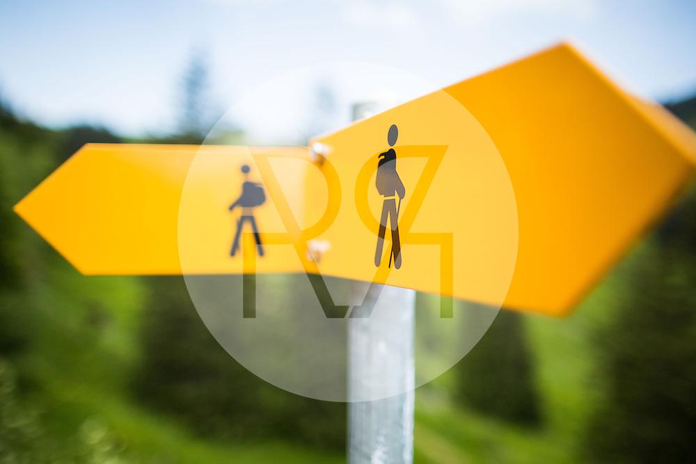 SCHWEIZ - RIGI - Wanderwegweiser um die Ecke in beide Richtungen - 16. Juni 2016 © Raphael Hünerfauth - http://huenerfauth.ch