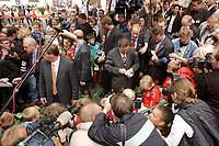 19 SEP 2002, TALLE/GERMANY:<br /> Gerhard Schroeder, SPD, Bundeskanzler, trifft die Jugend seiner ehemaligen Fussballmannschaft in seiner Heimat und verteilt Autogramme, vor dem Taller Krug<br /> IMAGE: 20020919-01-002<br /> KEYWORDS: Gerhard Schröder, Fussball, Fußball, Fußballmannschaft, Autogramm, Kamera, Camera, Journalist, Journalisten, Fotografen, Photografen