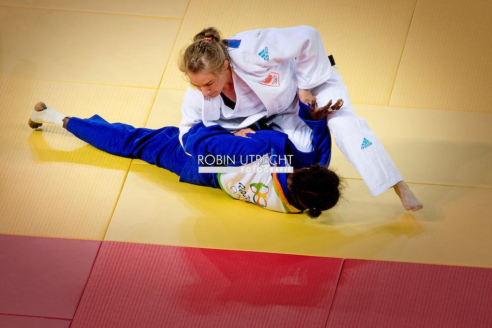 RIO DE JANEIRO - Sanne Verhagen in de Carioca Arena tijdens haar partij tegen Hortance Diedhiou uit Senegaltijdens het judotoernooi tijdens de Olympische Spelen in Rio. ANP ROBIN UTRECHT
