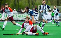 ALMERE - Hockey - Hoofdklasse competitie heren. Erwin Kruisbrink (Almere) met Niels van Straaten (HDM) . HDM degradeert.  COPYRIGHT KOEN SUYK