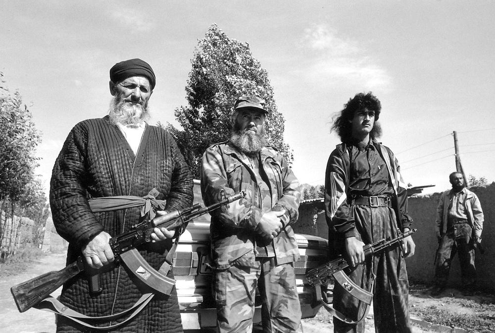 ©  christian  JUNGEBLODT..TADSCHIKISTAN -TADSCHIKISTAN -  Garm-Tal  - ehem. B¸rgerkriegsgebiet - heute von der islamischen Opposition kontrolliert .Hier : Mudschaheddin - Komandeur der Region .Muhamadrusi Iskander  und Leibgarde.Tadjikistan - Garm Valley - today controlled by the islamic.opposition.HERE: Comander Muhamadrusi Iskander and his bodyguards...