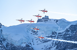 16.01.2020, Lauberhorn, Wengen, SUI, FIS Weltcup Ski Alpin, Vorberichte, im Bild Patrouille Suisse mit F/A-18 Swiss Hornet im Hintergrund das Jungfraujoch // Patrouille Suisse with F/A-18 Swiss Hornet in the background the Jungfraujoch during a preliminary reports prior to the FIS ski alpine world cup at the Lauberhorn in Wengen, Switzerland on 2020/01/16. EXPA Pictures © 2020, PhotoCredit: EXPA/ Johann Groder