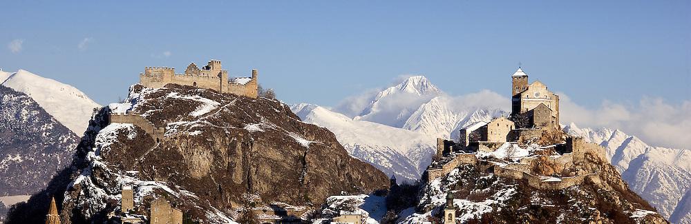 Le chateau de Tourbillon et de Valère sous la neige le 7 decembre 08 a Sion Castle Wallis. Tourisme hivers  (Olivier Maire/PHOTO-GENIC.CH)