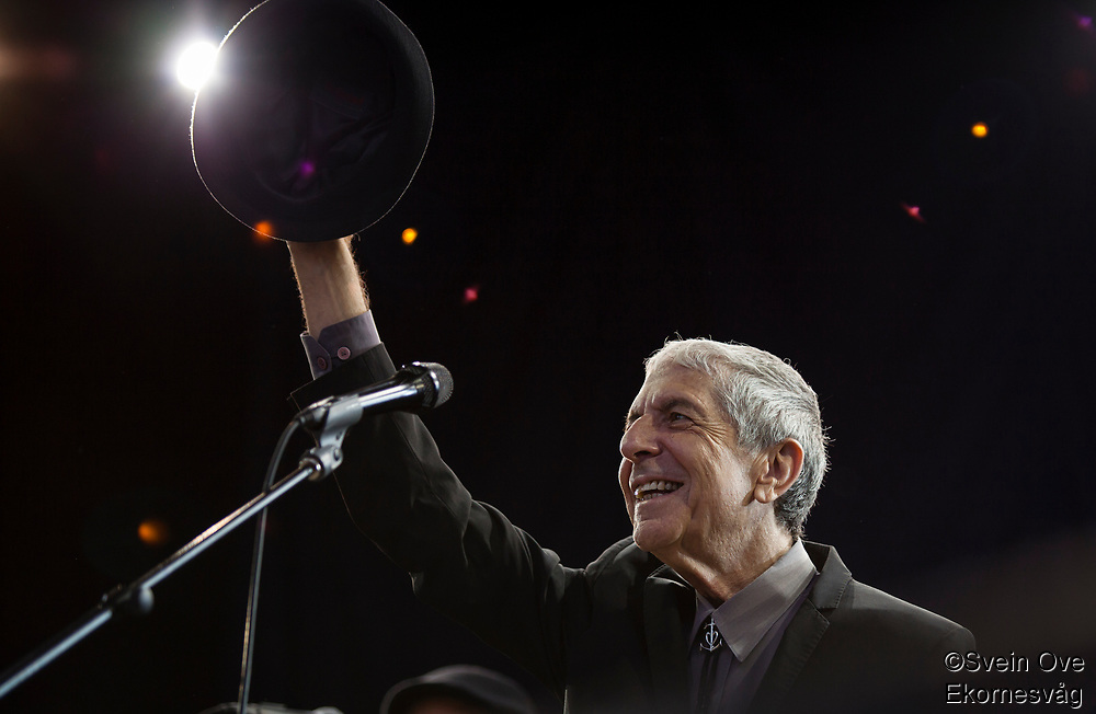 Leonard Cohen greets the audience in Molde when he enters the stage for his concert at Moldejazz 2009.<br /> Foto: Svein Ove Ekornesvåg