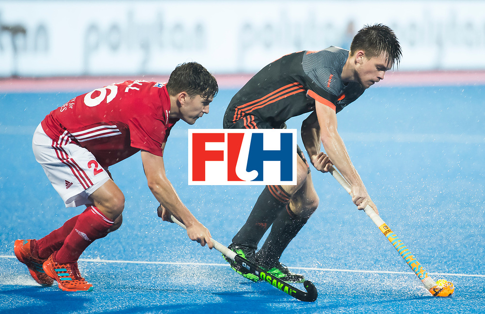 BHUBANESWAR -  Thierry Brinkman (Ned) met James Gall (Eng)  tijdens de Hockey World League Finals , de wedstrijd om de 7e plaats, Engeland-Nederland (0-1).   COPYRIGHT KOEN SUYK
