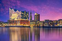 Die Elbphilharmonie in Hamburg am Hafen und im Hintergrund ist der Michel zu sehen.