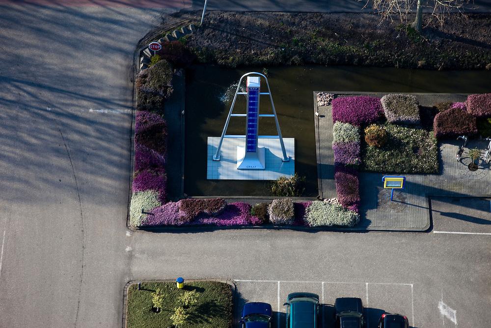 Nederland, Zuid-Holland, Nieuwerkerk aan den IJssel, 20-03-2009; het laagste punt van Nederland, 6.76 m beneden Normaal Amsterdams Peil (NAP), ligt in de Zuidplaspolder  op het terrein van Van Vliet Trucks. Dit automobielbedrijf heeft een monument - in de vorm van een pijlschaal - neer laten zetten. A monument of the lowest point of the Netherlands, 6.76 m below Normal Amsterdam Level (NAP), has been placed by a car company next to the cycle track. Swart collectie, luchtfoto (toeslag); Swart Collection, aerial photo (additional fee required).foto Siebe Swart / photo Siebe Swart