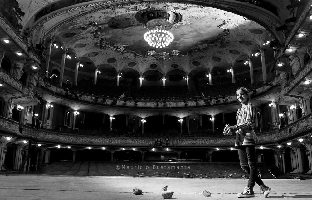 JONNA GORGES, ZEHN JAHRE. Sie spielt in der<br /> Dreigroschenoper von Bert Brecht. Wenn sie am nächsten<br /> Morgen ausschlafen kann, bleibt sie bis zum Verbeugen.