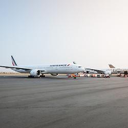 Avião da Air France na placa do Aeroporto Nacional 4 de Fevereiro em Luanda, Angola.